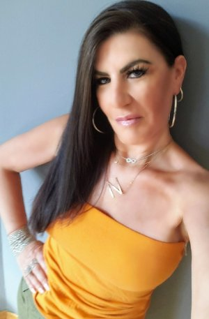 Clarinda escort girl in Ewa Gentry and erotic massage